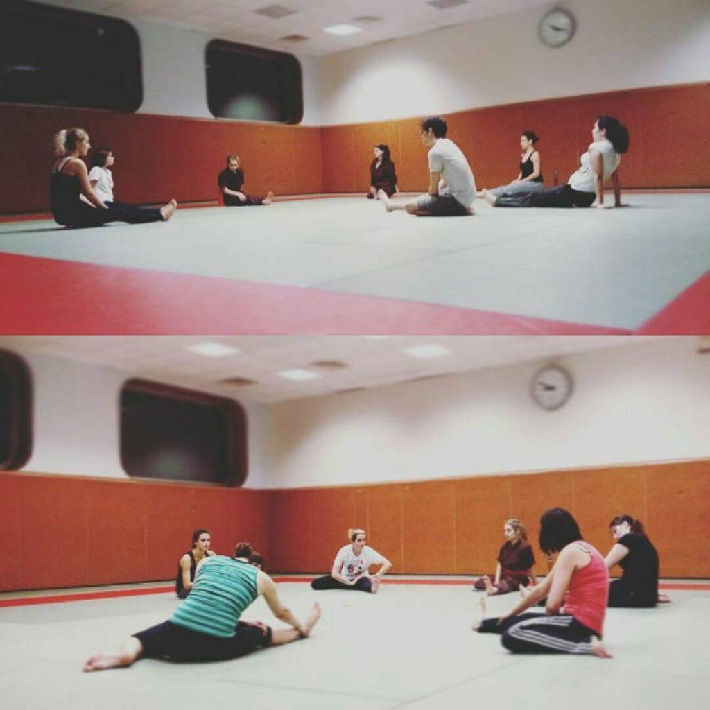 une équipe de combatantes assises en cercle